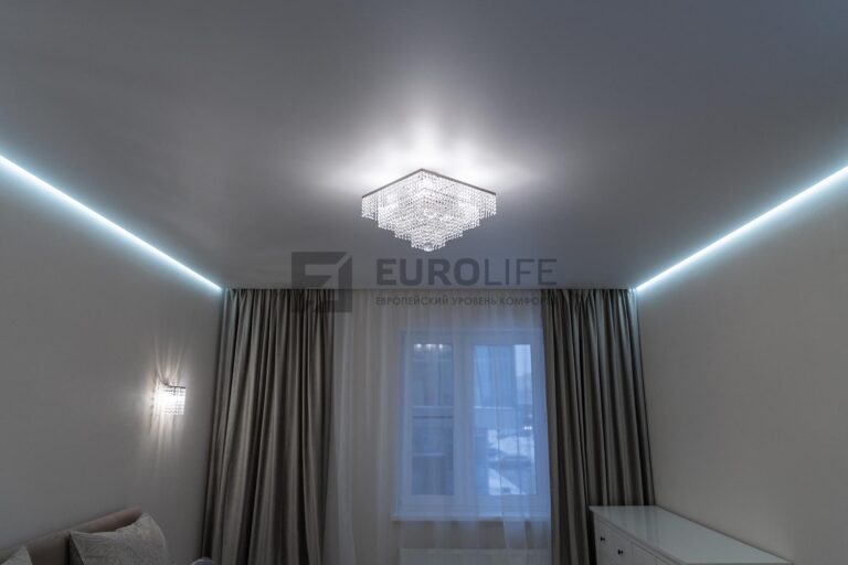 белый матовый парящий потолок со скрытым карнизом в спальне