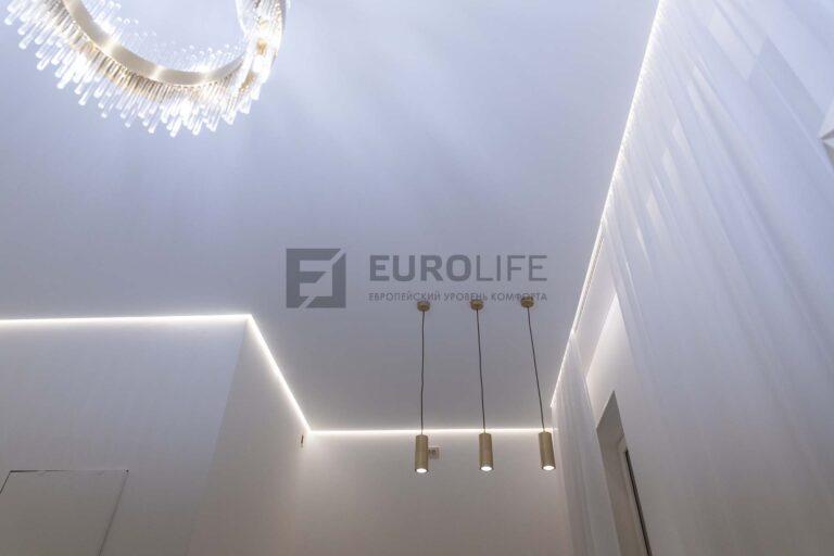 белый парящий сатиновый потолок со скрытым карнизом в гостиной