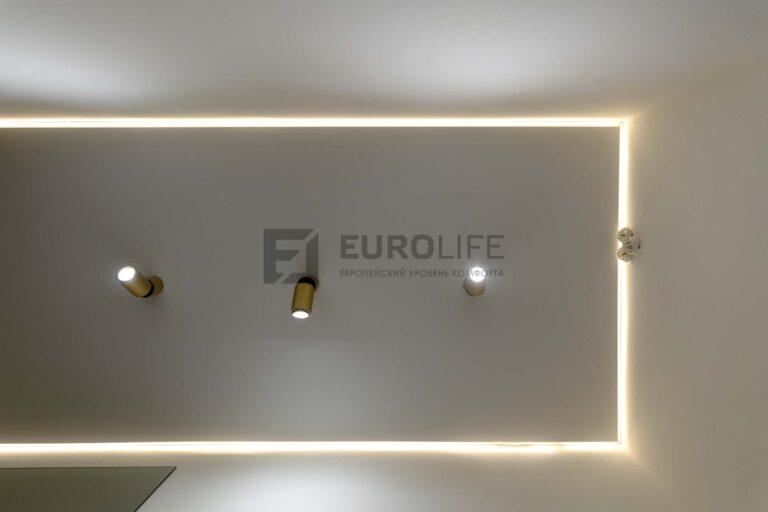 белый сатиновый парящий потолок в коридоре