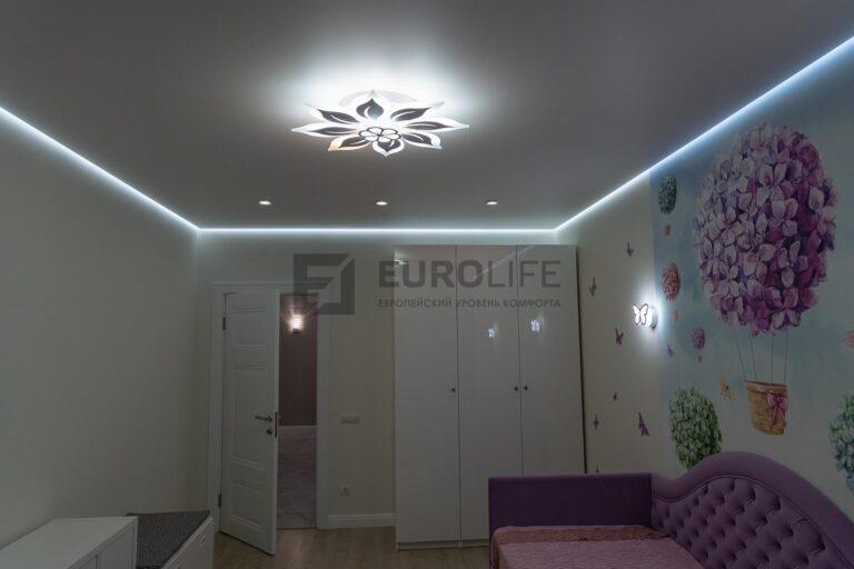 белый матовый парящий потолок в детской