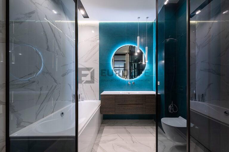 белый матовый парящий потолок в ванной с нишей SLOTT под светильники