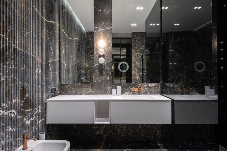 белый парящий потолок в ванной