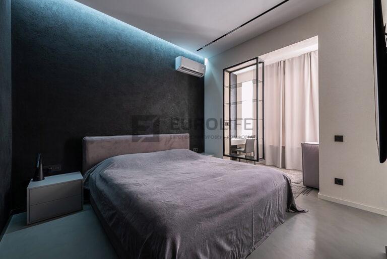 белый сатиновый парящий потолок с нишей SLOTT в спальне