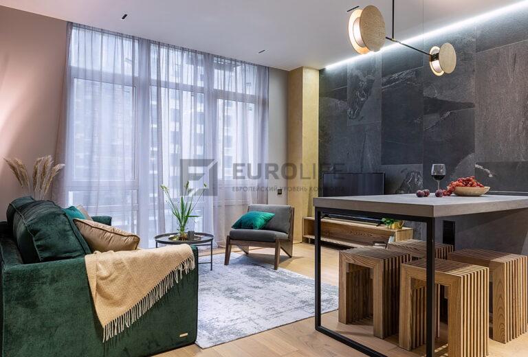 белый сатиновый парящий потолок в гостиной