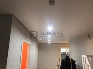 четкий теневой зазор по левой стороне - это пространство для подсветки