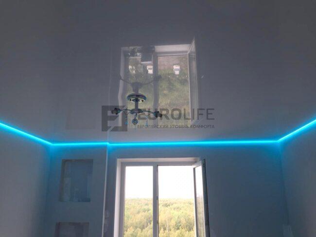 Лаковый парящий потолок с цветной лентой выставленной на синее свечение.