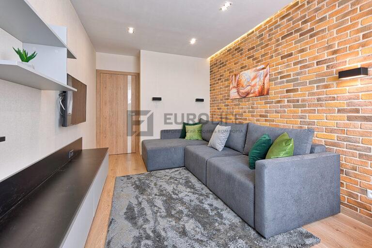матовый парящий потолок с прямоугольными светильниками в комнате отдыха