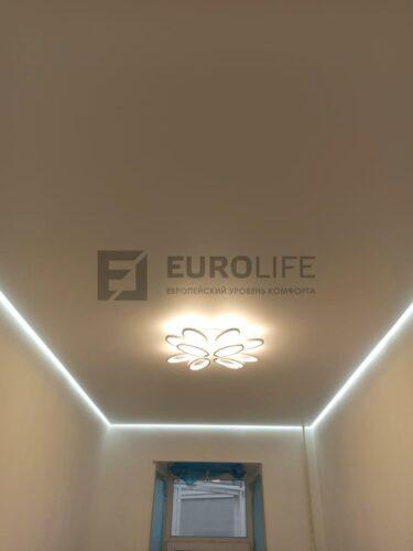 парящая подсветка потолка с люстрой