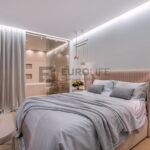 парящий сатиновый потолок с нишей скрытого карниза в спальне
