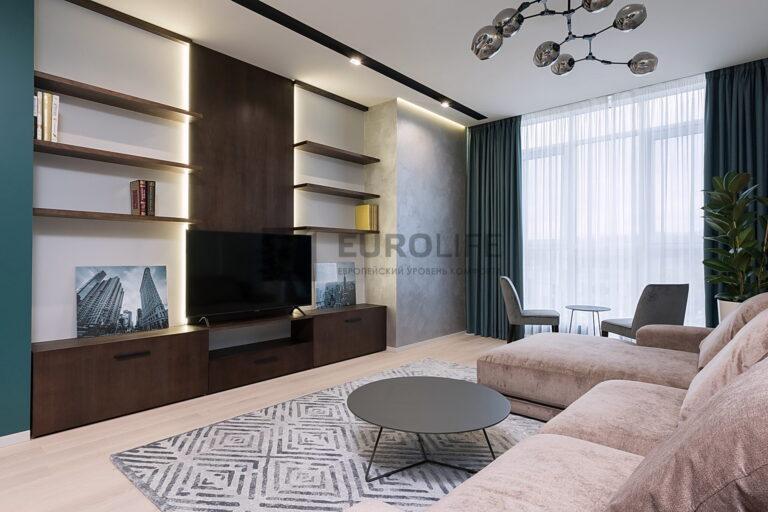 сатиновый парящий потолок со скрытым карнизом и нишей под светильники SLOTT в гостиной