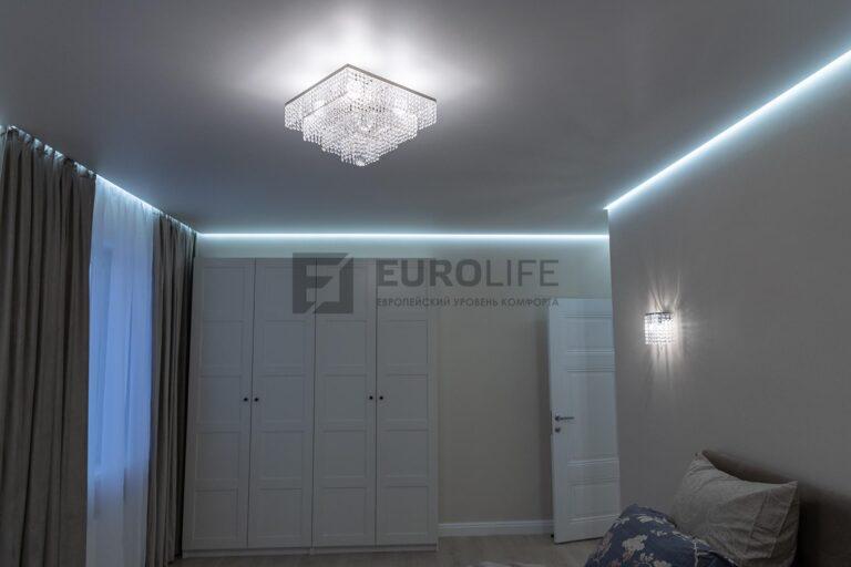 скрытый карниз в белой матовом парящем потолке в спальне