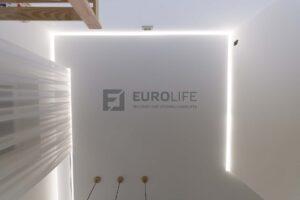 скрытый карниз в белом сатиновом парящем потолке в гостиной