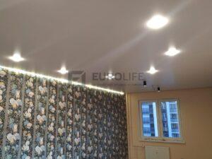 сочетание парящей подсветки, классических светильников и светильников-стаканов