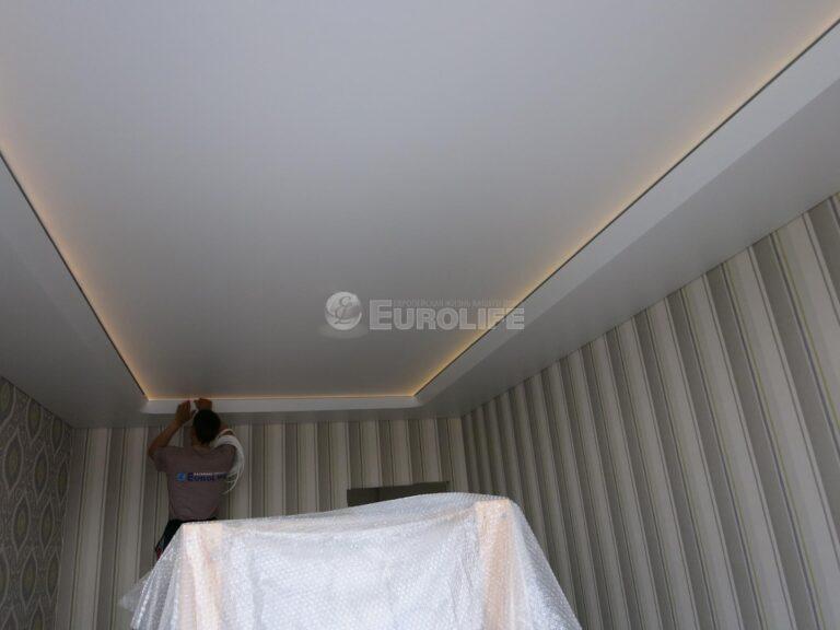 Двухуровневый потолок ПВХ с конструкцией под углом 45 градусов и внутренней подсветкой10