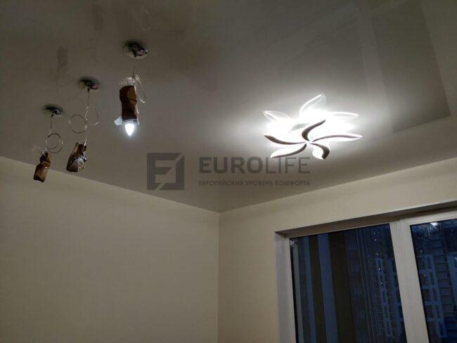 лаковый потолок в спальной комнате