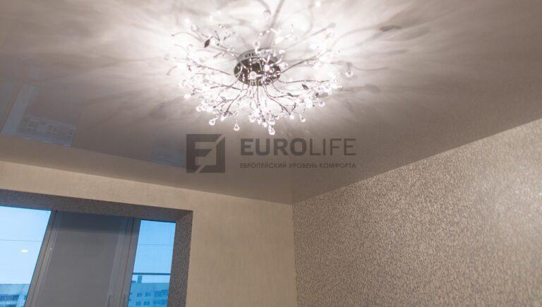 по правилам ТБ такие люстры утапливать в потолок не надо (см. на прорези)
