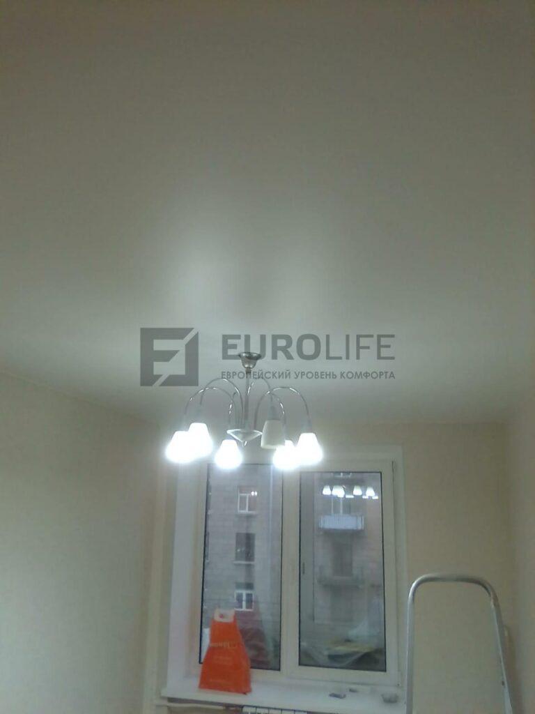 сатиновый потолок в спальне сразу после установки