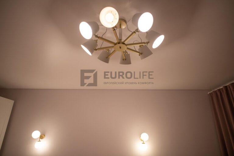 сочетание люстры на натяжном потолке и настенных светильников