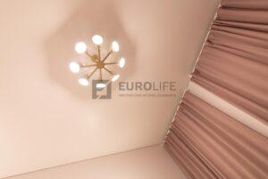 светлый потолок в спальне