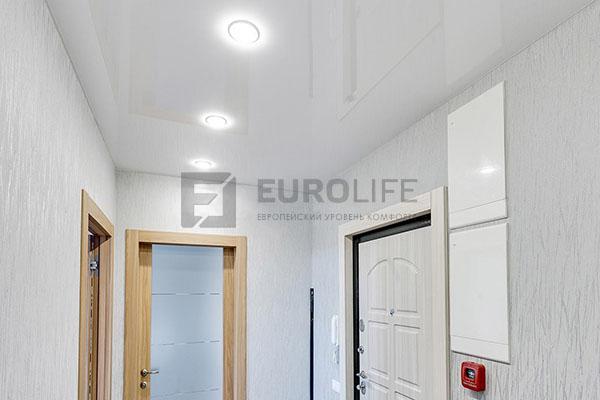 светлый глянцевый потолок в коридоре
