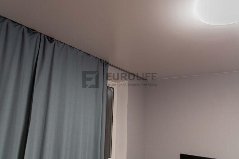 белый сатиновый потолок со скрытым карнизом в спальне