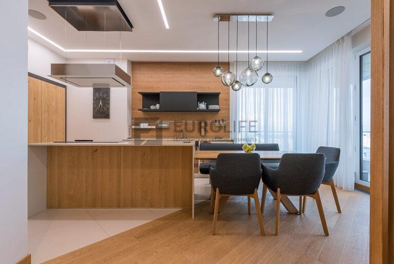 белый матовый потолок на кухне со световыми линиями, скрытым карнизом и нишей под островную вытяжку