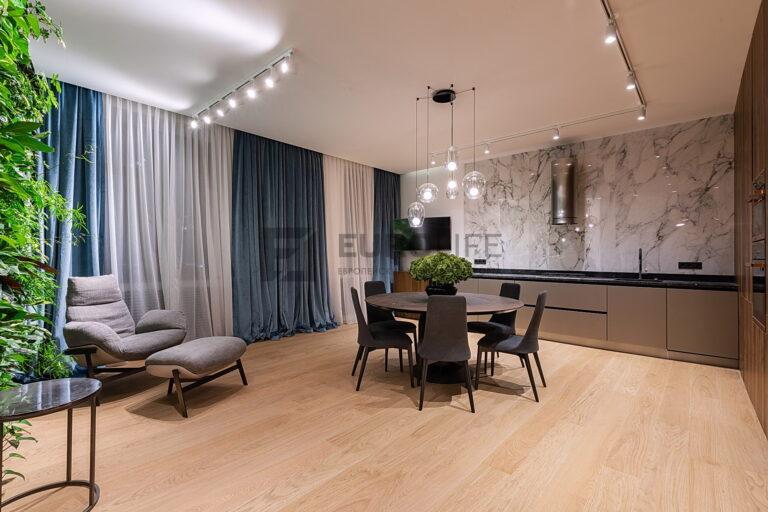 белый матовый потолок со скрытым карнизом и трековыми светильниками на кухне