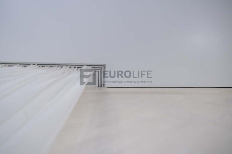 белый матовый теневой потолок со скрытым карнизом