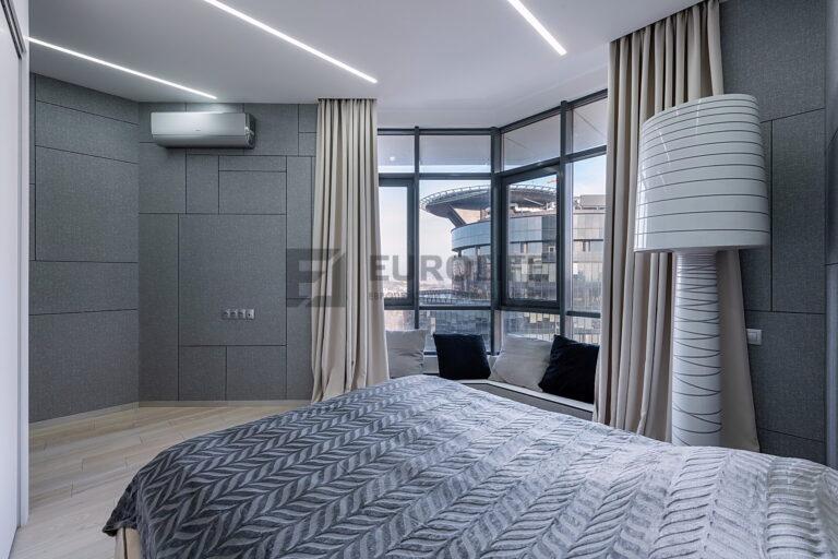 белый сатиновый потолок со скрытым карнизом и световыми линиями в спальне