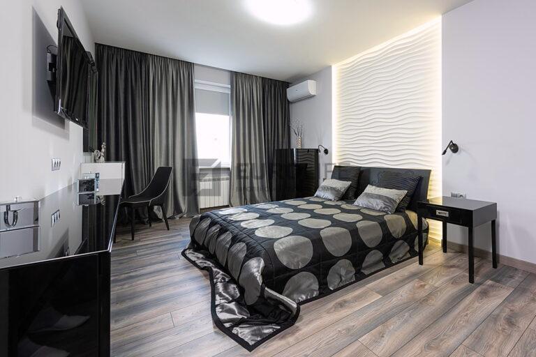 парящая подсветка прикроватной зоны в сатиновом потолке со скрытым карнизом в спальне