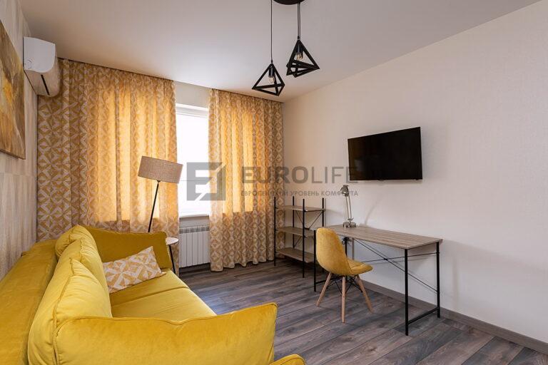 простой сатиновый потолок со скрытым карнизом в комнате