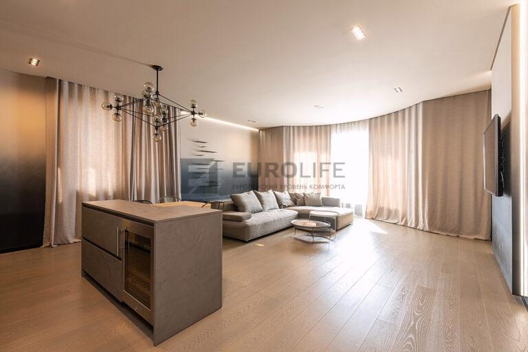 сатиновый потолок с парящей подсветкой и скрытым карнизом в комнате