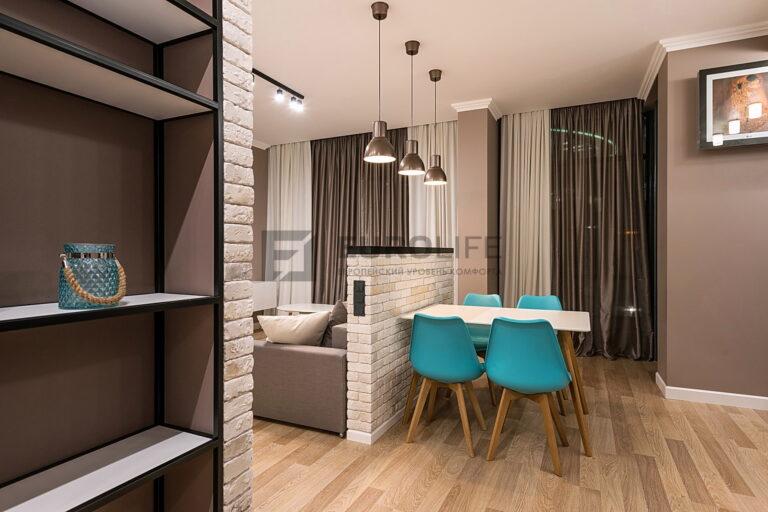 сатиновый потолок со скрытым карнизом с треком и подвесами в квартире