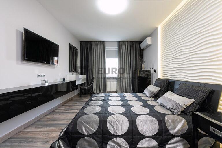 сатиновый потолок со скрытым карнизом и парящей частью в спальне