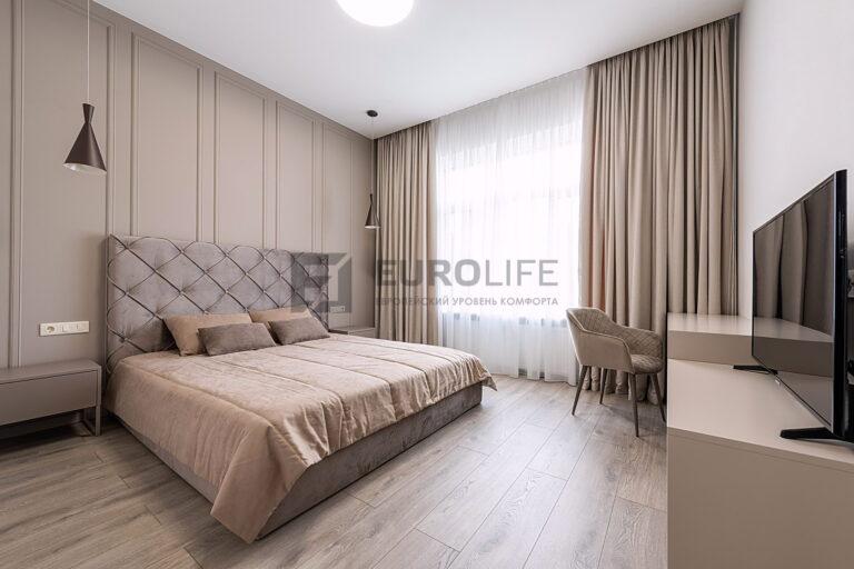 светлый потолок со скрытым карнизом в спальне