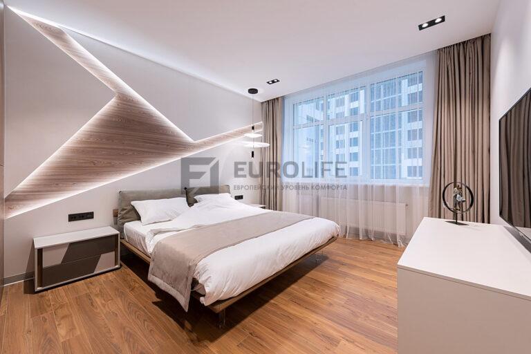 тканевый потолок с нишей для штор в стильном интерьере спальни