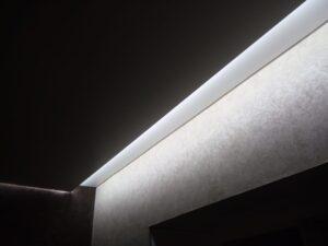 встроенная подсветка в нише для штор