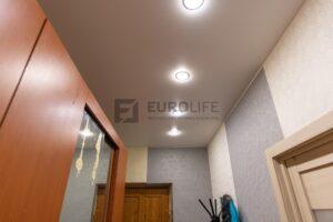 4 светильника в натяжном потолке в прихожей
