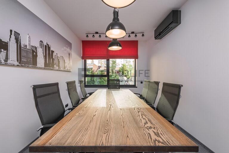 белый сатиновый потолок с трековым светильником в офисе