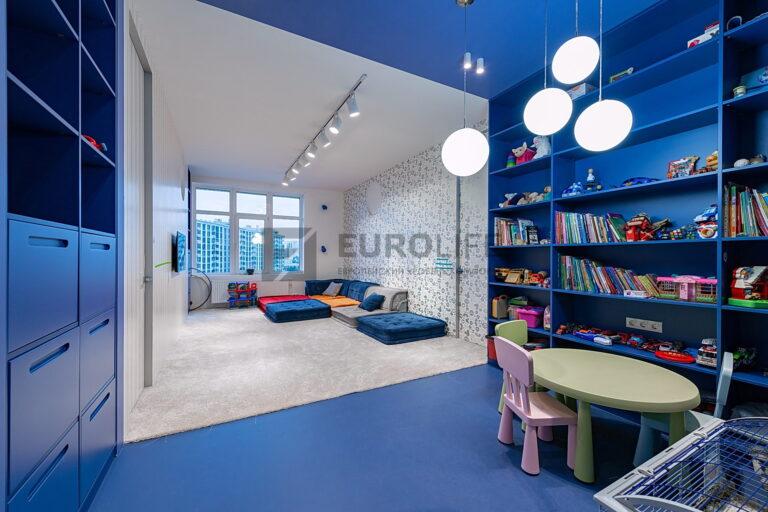 двухцветный потолок со спайкой и трековым светильников в детской комнате