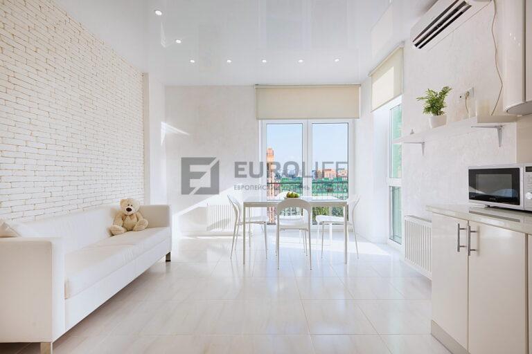 глянцевый белый натяжной потолок в кухне гостиной