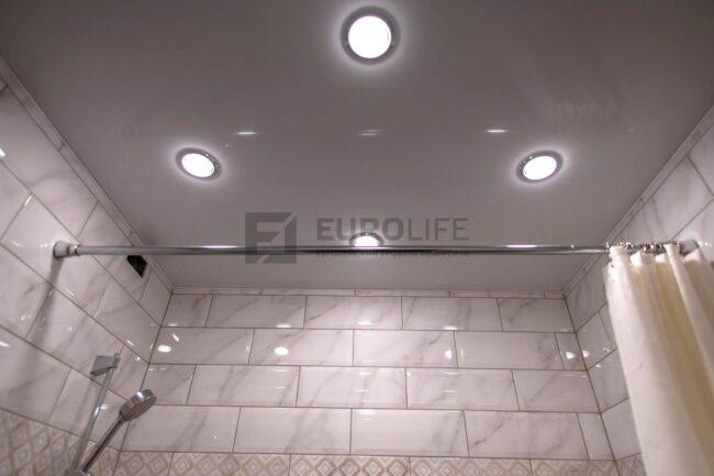 глянцевый потолок с 4 светильниками в ванной