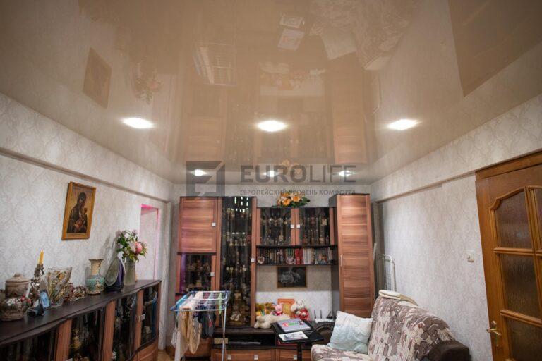 глянцевый потолок в комнате со светильниками