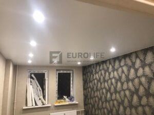 хорошо освещенный потолок в комнате - залог здорового зрения