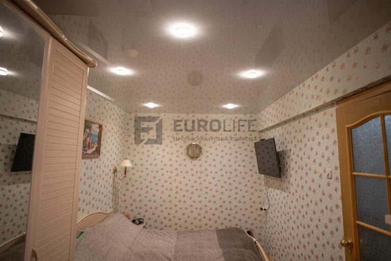 лаковый потолок белого цвета отражает цвет обоев