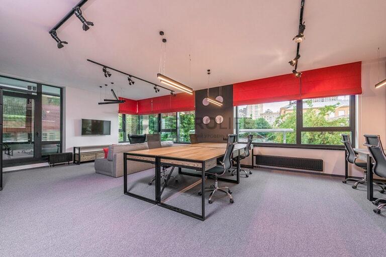 матовый потолок в офисе с накладными и подвесными треками
