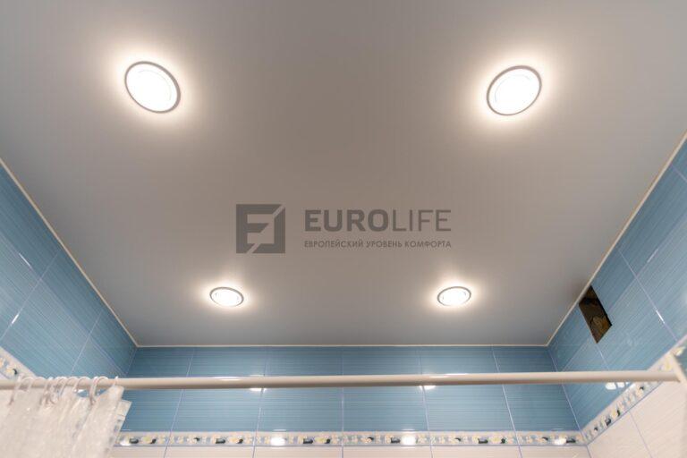 на небольшую ванную достаточно 4 стандартных светильников
