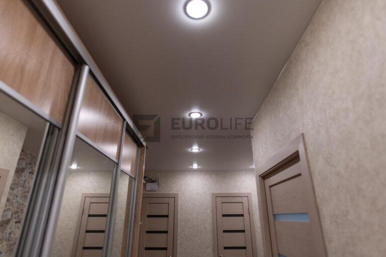 натяжной потолок со светильниками в коридоре