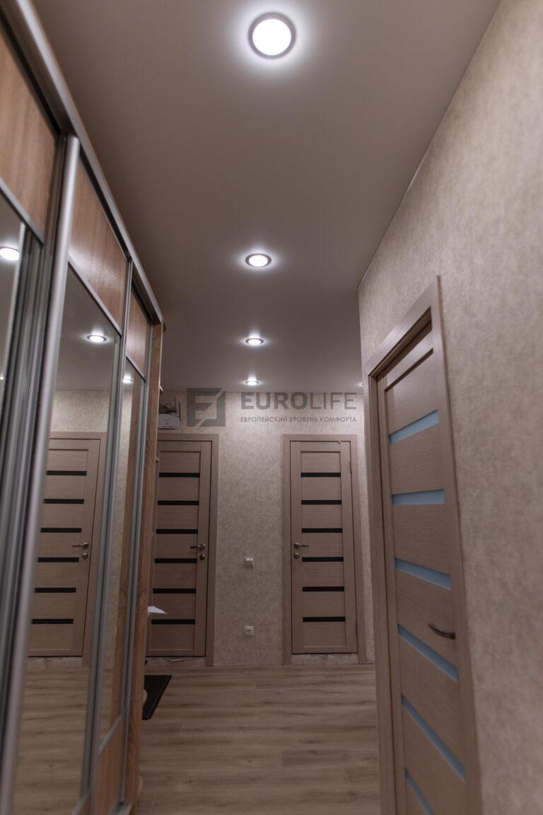 натяжной потолок в прихожей с высоким шкафом