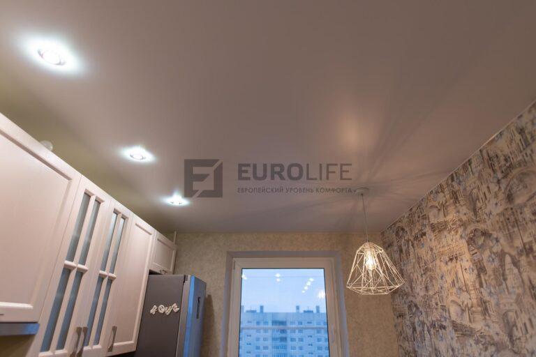 потолок в кухне с люстрой надо обеденной зоной и светильниками над рабочей